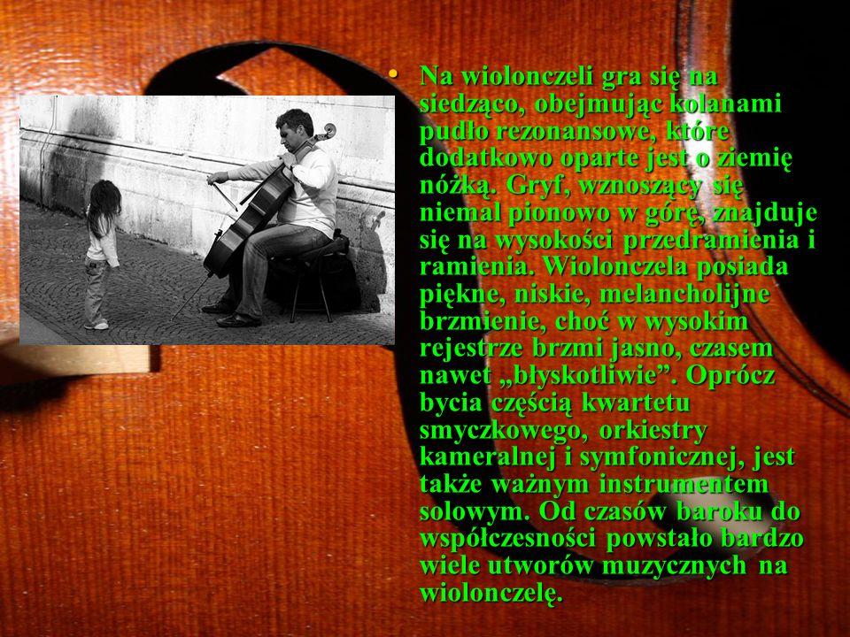 Na wiolonczeli gra się na siedząco, obejmując kolanami pudło rezonansowe, które dodatkowo oparte jest o ziemię nóżką.