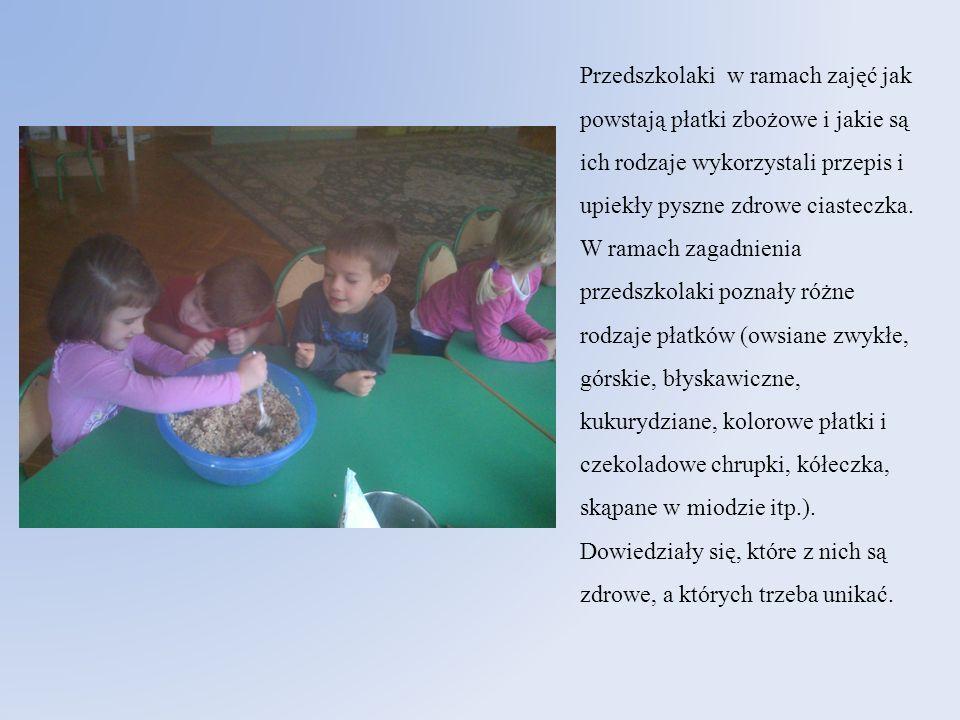 Przedszkolaki w ramach zajęć jak powstają płatki zbożowe i jakie są ich rodzaje wykorzystali przepis i upiekły pyszne zdrowe ciasteczka.