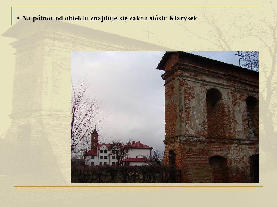 Na północ od obiektu znajduje się zakon sióstr Klarysek