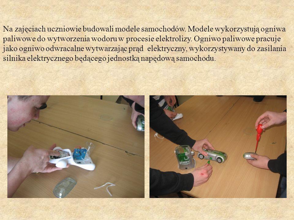 Na zajęciach uczniowie budowali modele samochodów