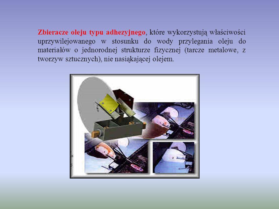 Zbieracze oleju typu adhezyjnego, które wykorzystują właściwości uprzywilejowanego w stosunku do wody przylegania oleju do materiałów o jednorodnej strukturze fizycznej (tarcze metalowe, z tworzyw sztucznych), nie nasiąkającej olejem.