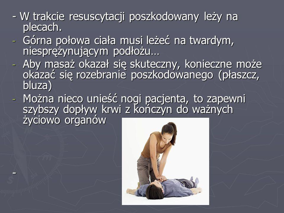 - W trakcie resuscytacji poszkodowany leży na plecach.