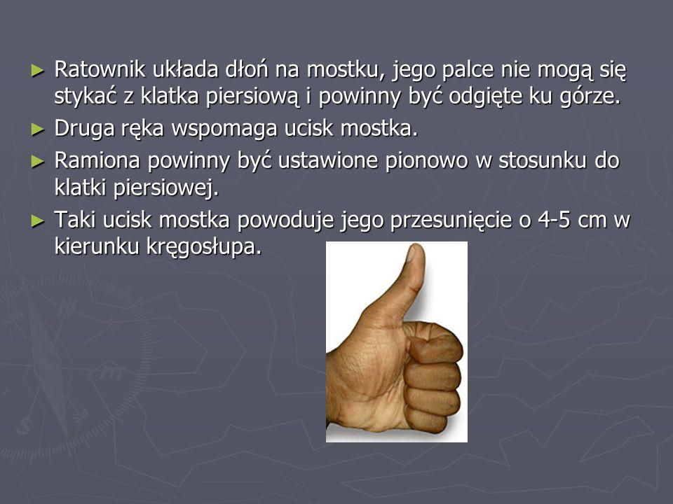 Ratownik układa dłoń na mostku, jego palce nie mogą się stykać z klatka piersiową i powinny być odgięte ku górze.