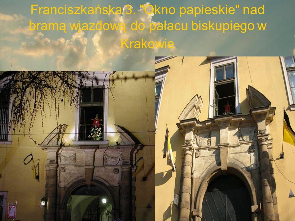Franciszkańska 3. Okno papieskie nad bramą wjazdową do pałacu biskupiego w Krakowie