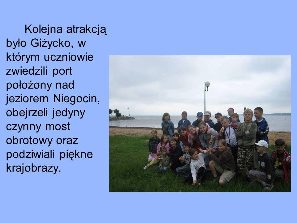 Kolejna atrakcją było Giżycko, w którym uczniowie zwiedzili port położony nad jeziorem Niegocin, obejrzeli jedyny czynny most obrotowy oraz podziwiali piękne krajobrazy.