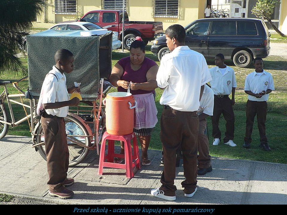 Przed szkołą - uczniowie kupują sok pomarańczowy