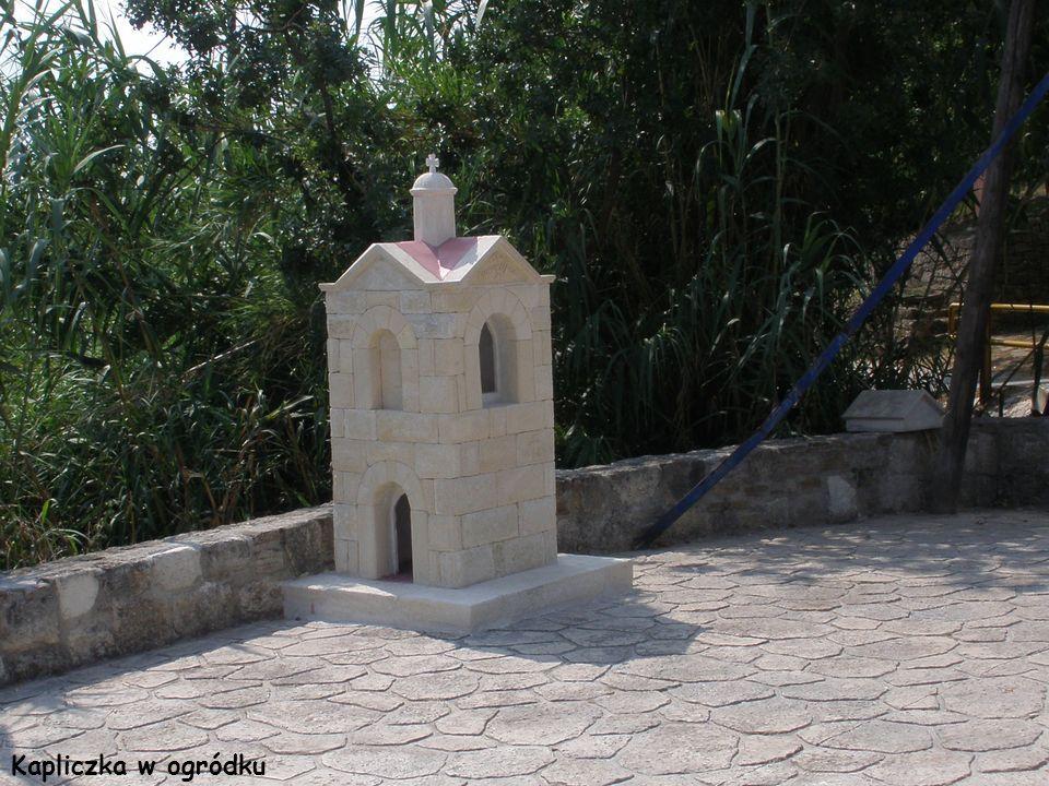 Kapliczka w ogródku