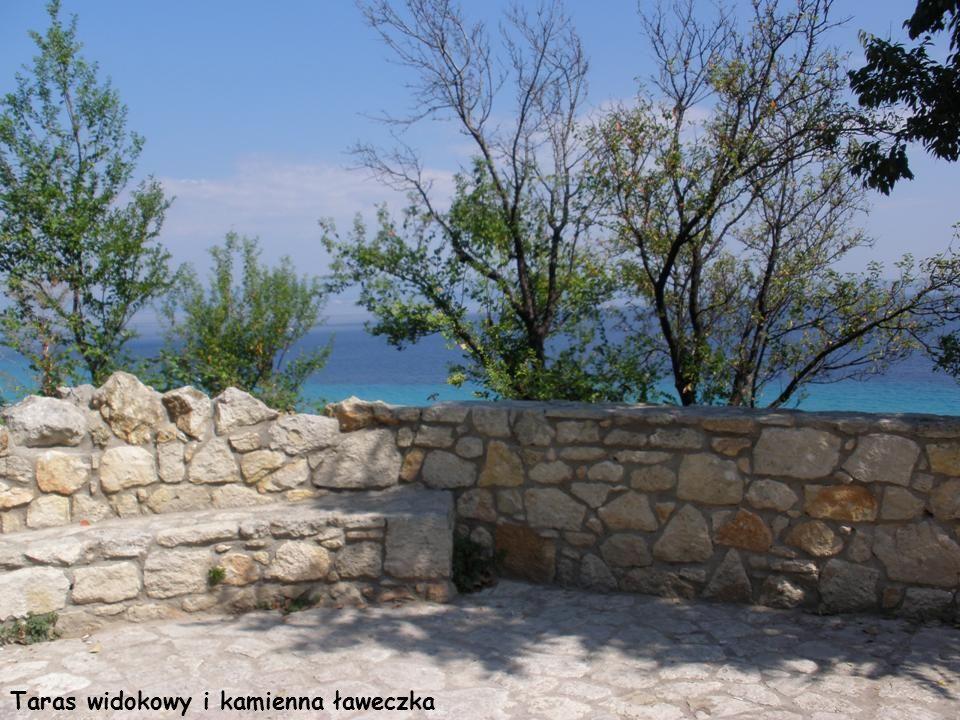 Taras widokowy i kamienna ławeczka