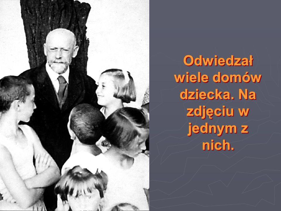 Odwiedzał wiele domów dziecka. Na zdjęciu w jednym z nich.
