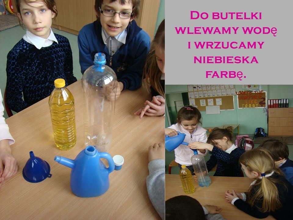Do butelki wlewamy wodę i wrzucamy niebieska farbę.