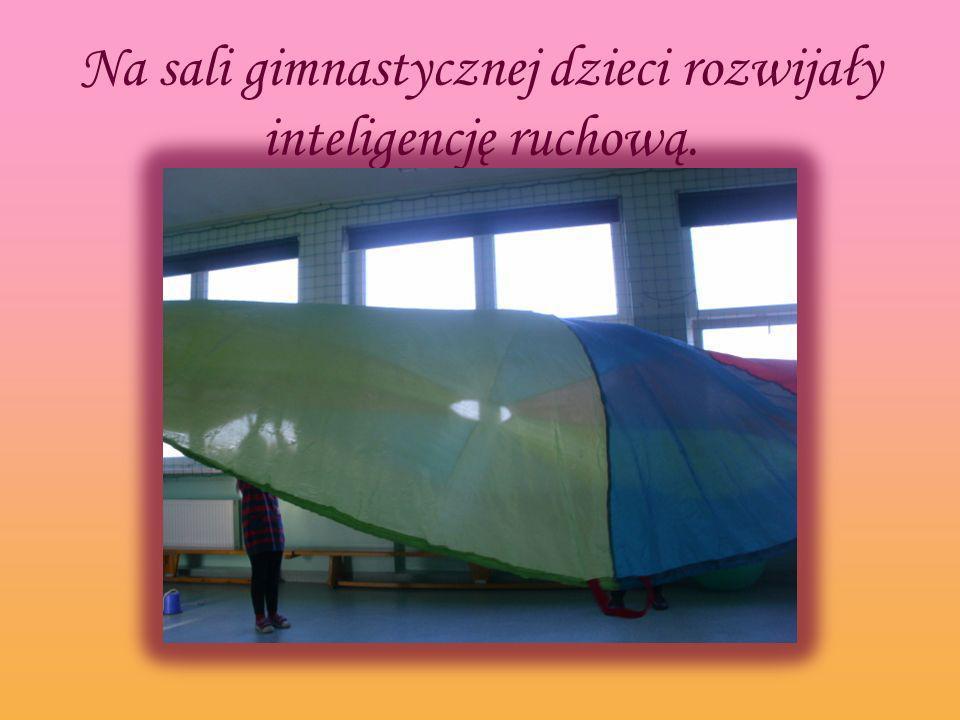 Na sali gimnastycznej dzieci rozwijały inteligencję ruchową.