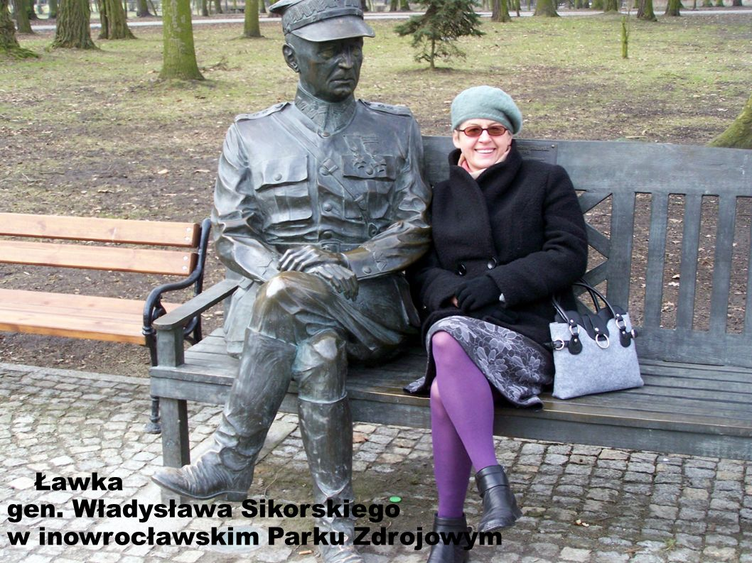 Ławka gen. Władysława Sikorskiego w inowrocławskim Parku Zdrojowym