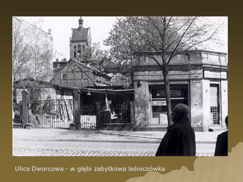 Ulica Dworcowa - w głębi zabytkowa leśniczówka