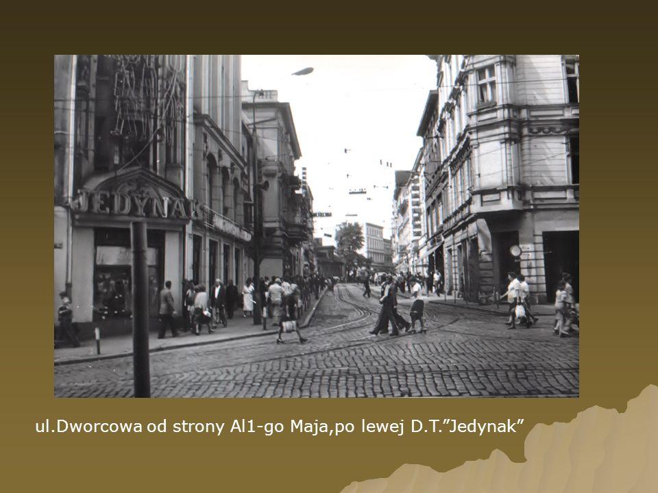 ul.Dworcowa od strony Al1-go Maja,po lewej D.T. Jedynak