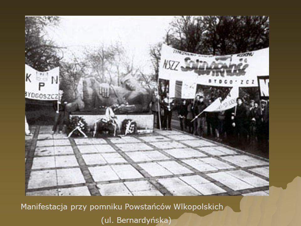 Manifestacja przy pomniku Powstańców Wlkopolskich