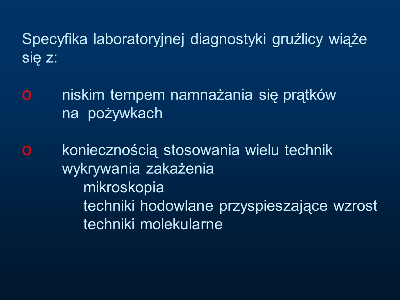 Specyfika laboratoryjnej diagnostyki gruźlicy wiąże się z: