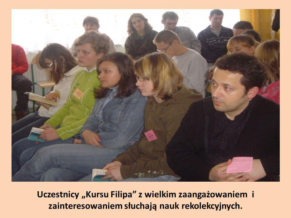 """Uczestnicy """"Kursu Filipa z wielkim zaangażowaniem i zainteresowaniem słuchają nauk rekolekcyjnych."""