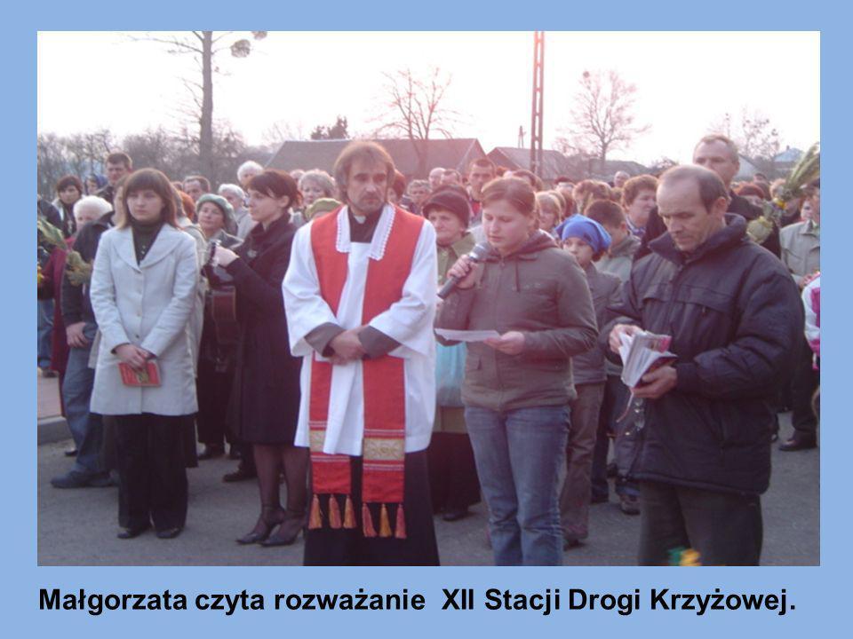 Małgorzata czyta rozważanie XII Stacji Drogi Krzyżowej.