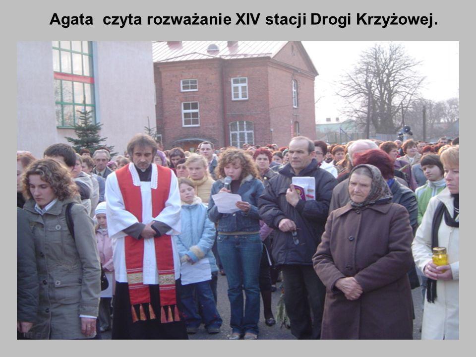 Agata czyta rozważanie XIV stacji Drogi Krzyżowej.