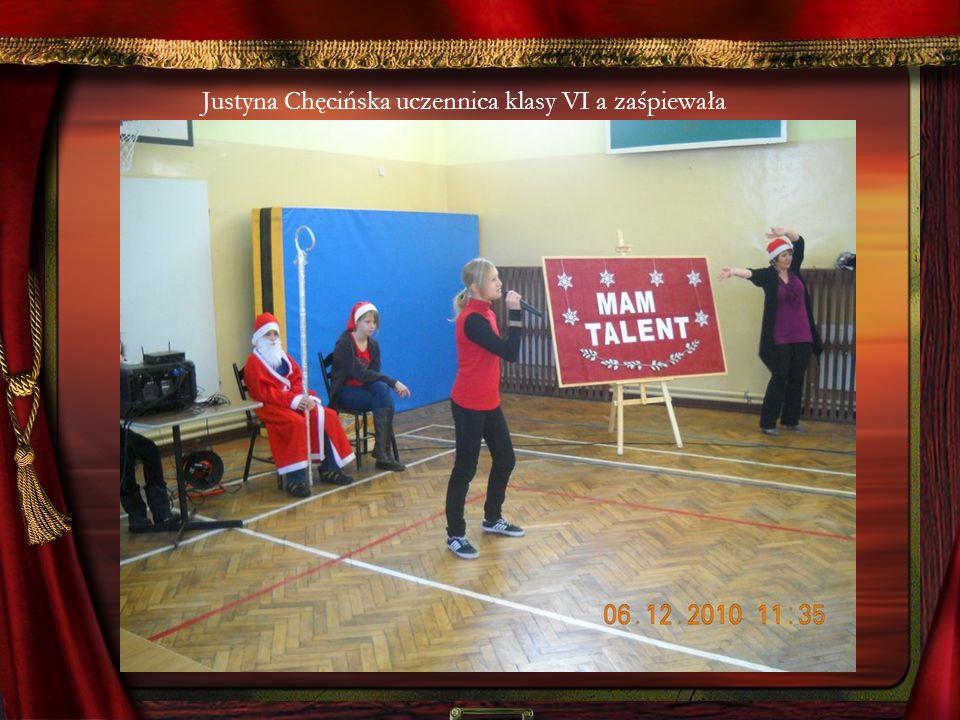 Justyna Chęcińska uczennica klasy VI a zaśpiewała
