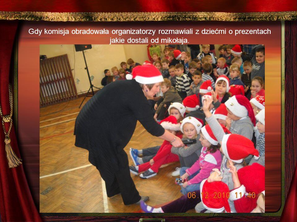 Gdy komisja obradowała organizatorzy rozmawiali z dziećmi o prezentach jakie dostali od mikołaja.
