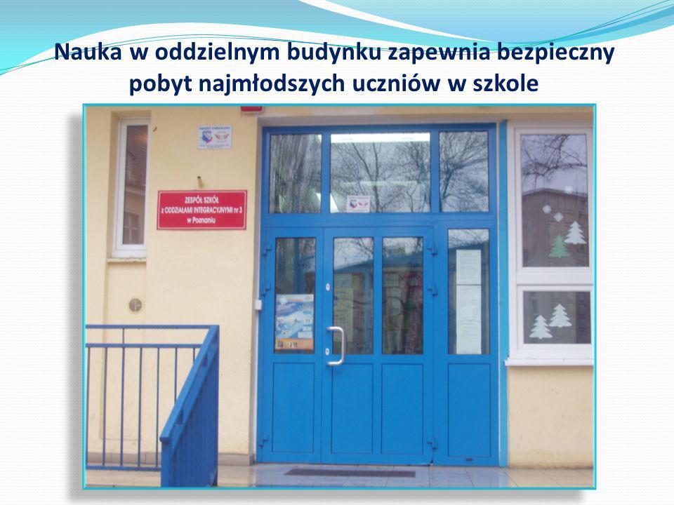 Nauka w oddzielnym budynku zapewnia bezpieczny pobyt najmłodszych uczniów w szkole