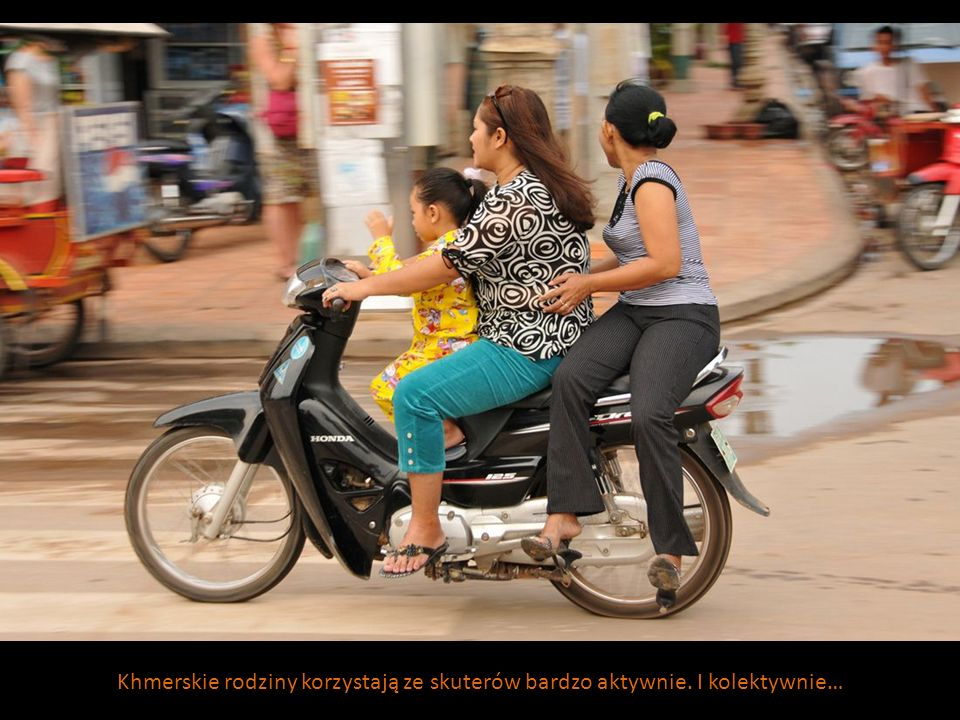 Khmerskie rodziny korzystają ze skuterów bardzo aktywnie