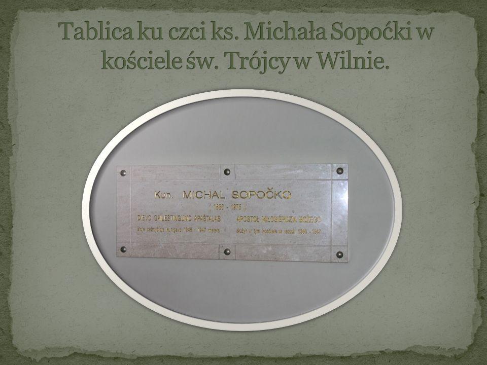 Tablica ku czci ks. Michała Sopoćki w kościele św. Trójcy w Wilnie.