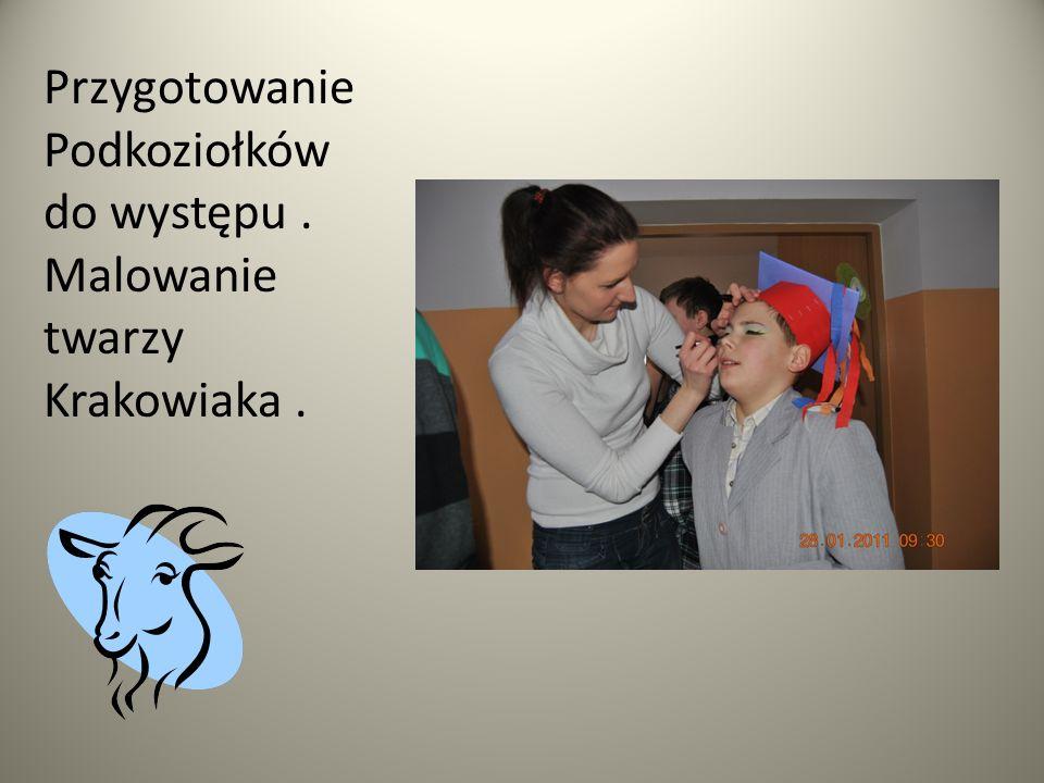 Przygotowanie Podkoziołków do występu . Malowanie twarzy Krakowiaka .