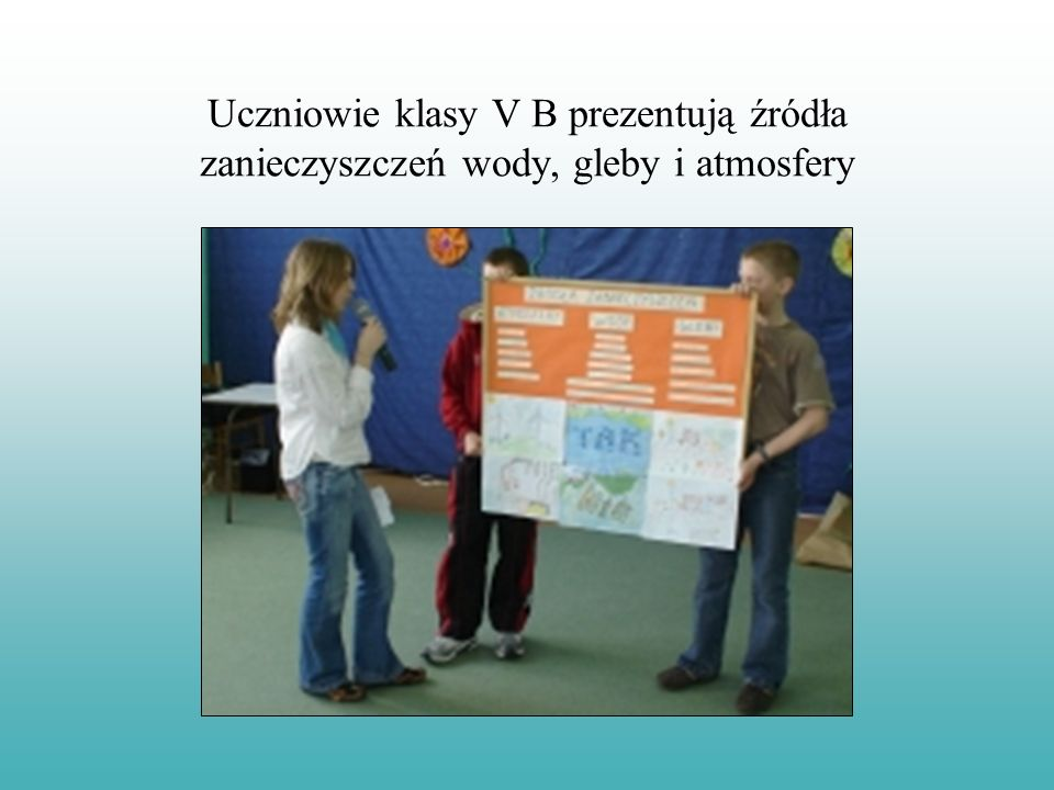 Uczniowie klasy V B prezentują źródła zanieczyszczeń wody, gleby i atmosfery