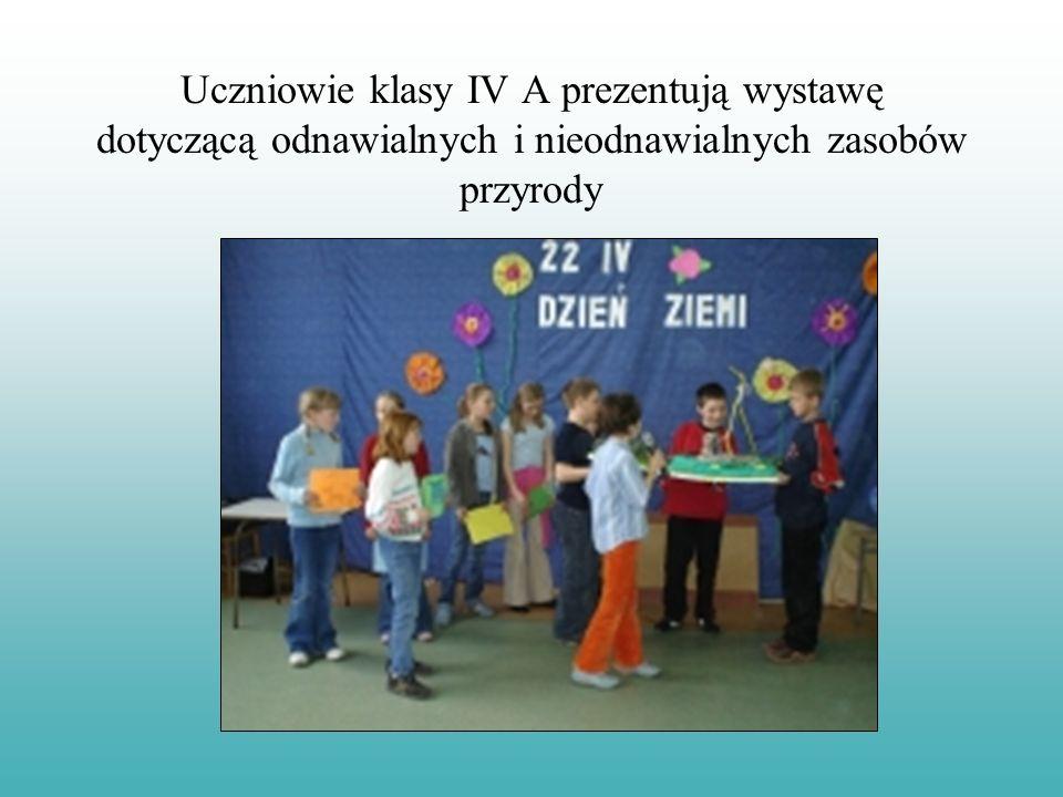 Uczniowie klasy IV A prezentują wystawę dotyczącą odnawialnych i nieodnawialnych zasobów przyrody