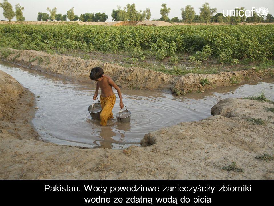Pakistan. Wody powodziowe zanieczyściły zbiorniki wodne ze zdatną wodą do picia