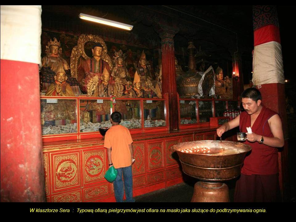 W klasztorze Sera : Typową ofiarą pielgrzymów jest ofiara na masło jaka służące do podtrzymywania ognia.