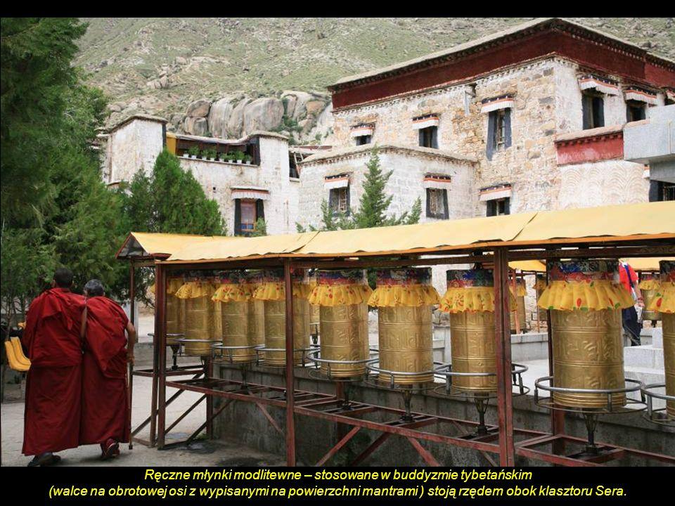 Ręczne młynki modlitewne – stosowane w buddyzmie tybetańskim