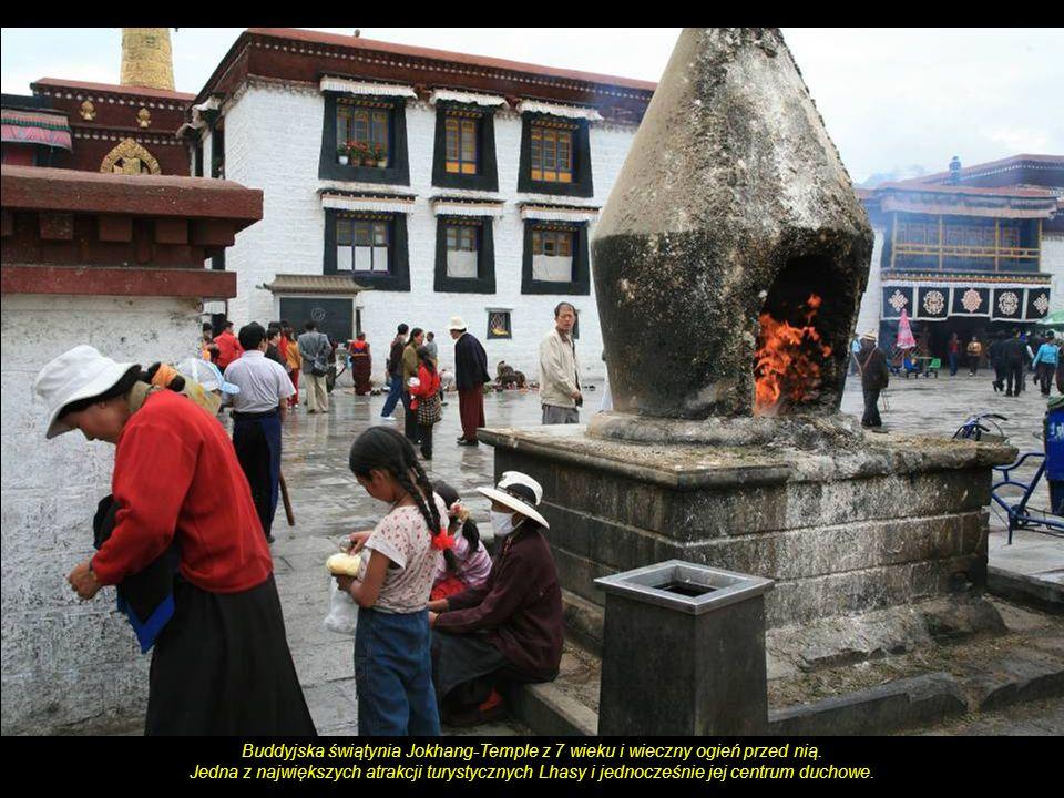 Buddyjska świątynia Jokhang-Temple z 7 wieku i wieczny ogień przed nią.