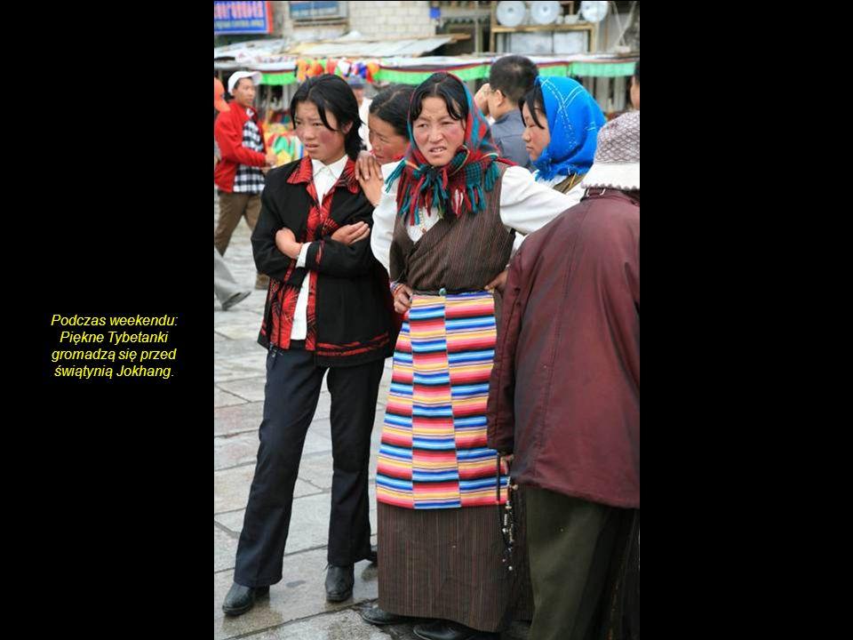 Podczas weekendu: Piękne Tybetanki gromadzą się przed świątynią Jokhang.