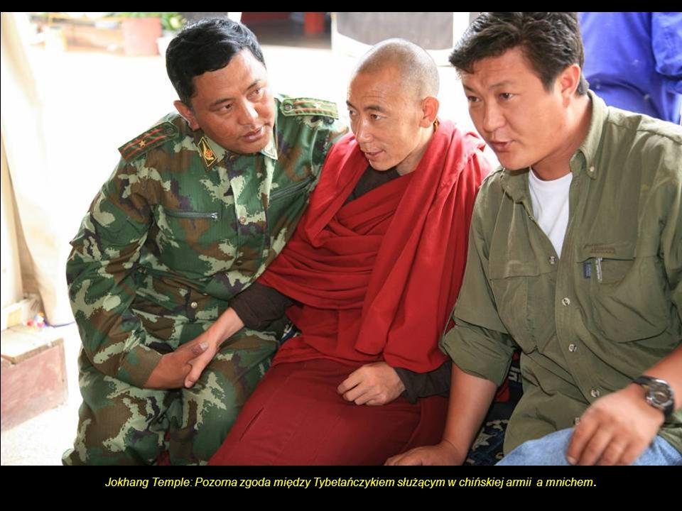 Jokhang Temple: Pozorna zgoda między Tybetańczykiem służącym w chińskiej armii a mnichem.