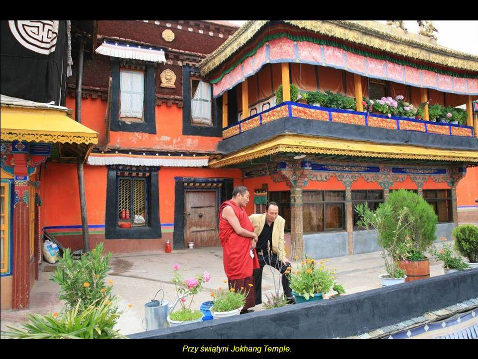 Przy świątyni Jokhang Temple.