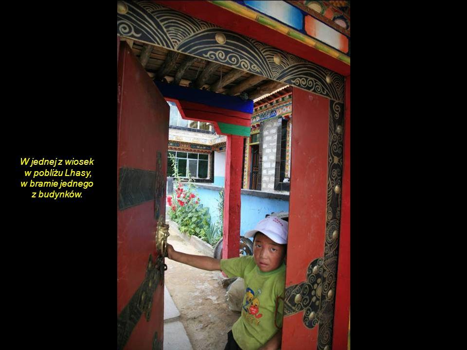 W jednej z wiosek w pobliżu Lhasy, w bramie jednego z budynków.
