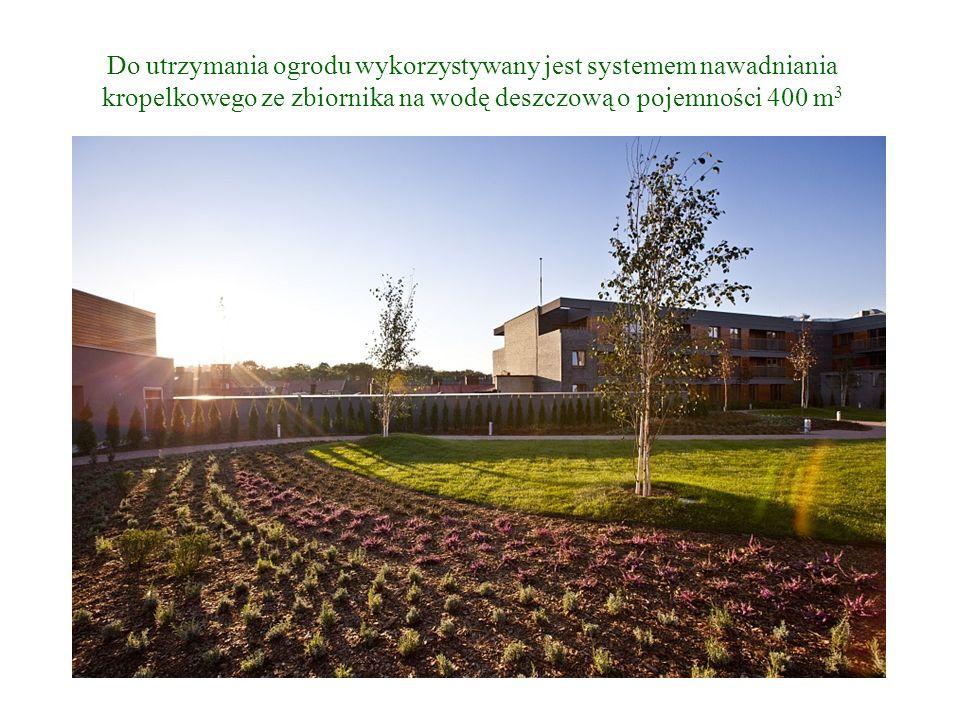 Do utrzymania ogrodu wykorzystywany jest systemem nawadniania kropelkowego ze zbiornika na wodę deszczową o pojemności 400 m3