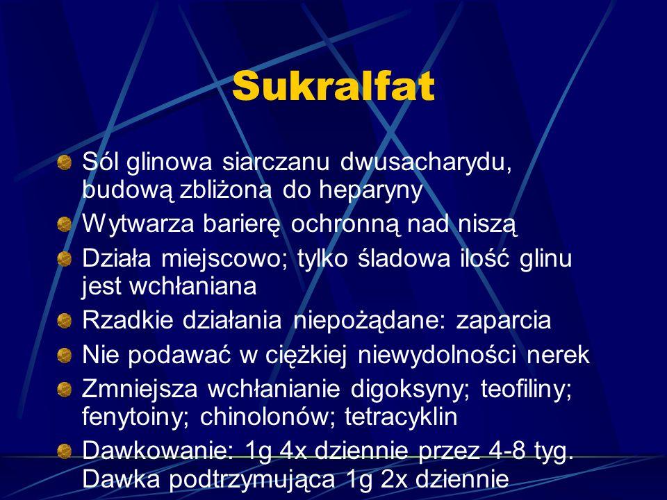 Sukralfat Sól glinowa siarczanu dwusacharydu, budową zbliżona do heparyny. Wytwarza barierę ochronną nad niszą.