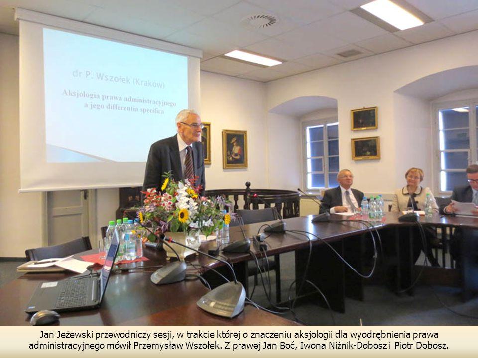 Jan Jeżewski przewodniczy sesji, w trakcie której o znaczeniu aksjologii dla wyodrębnienia prawa administracyjnego mówił Przemysław Wszołek.