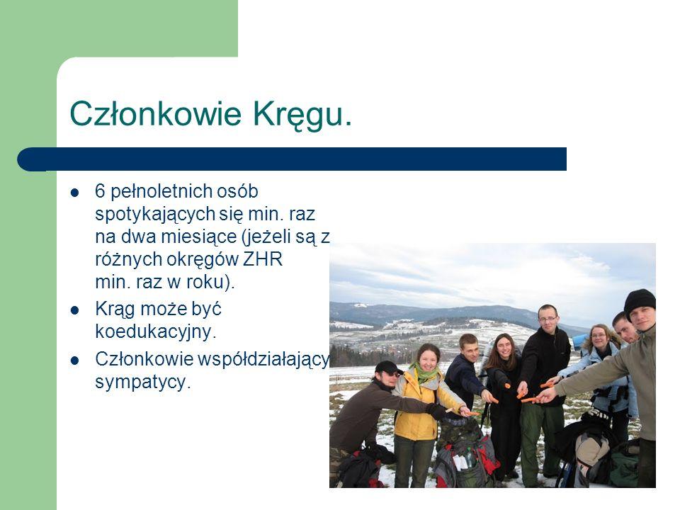Członkowie Kręgu. 6 pełnoletnich osób spotykających się min. raz na dwa miesiące (jeżeli są z różnych okręgów ZHR min. raz w roku).