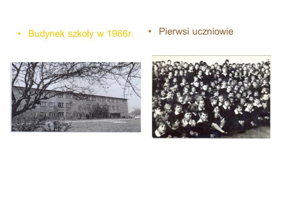 Pierwsi uczniowie Budynek szkoły w 1966r.