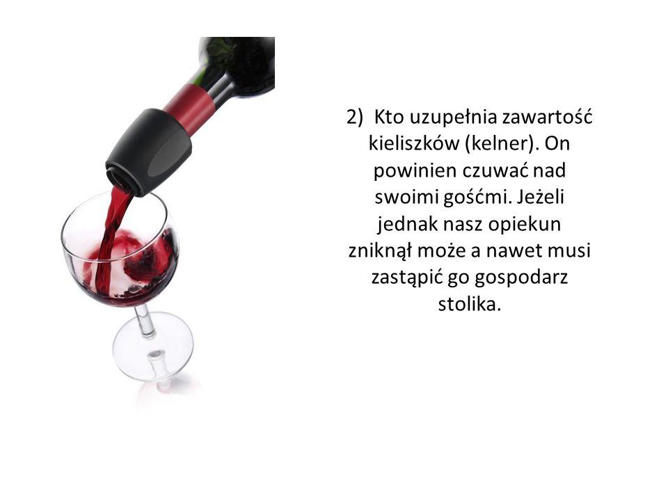 2) Kto uzupełnia zawartość kieliszków (kelner)