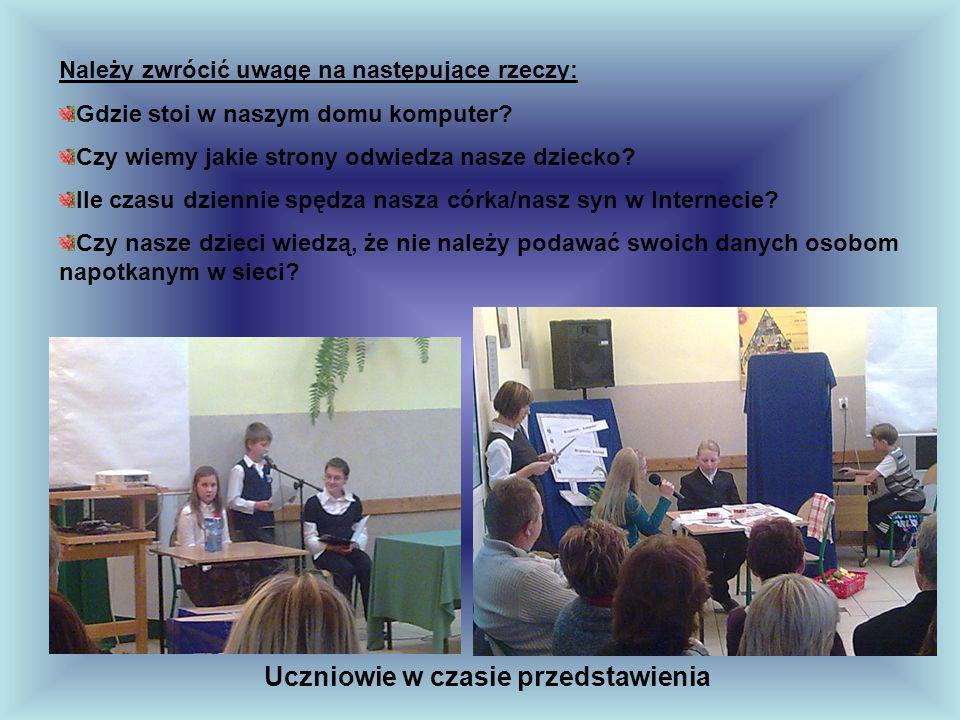 Uczniowie w czasie przedstawienia