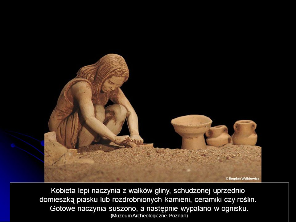 Kobieta lepi naczynia z wałków gliny, schudzonej uprzednio