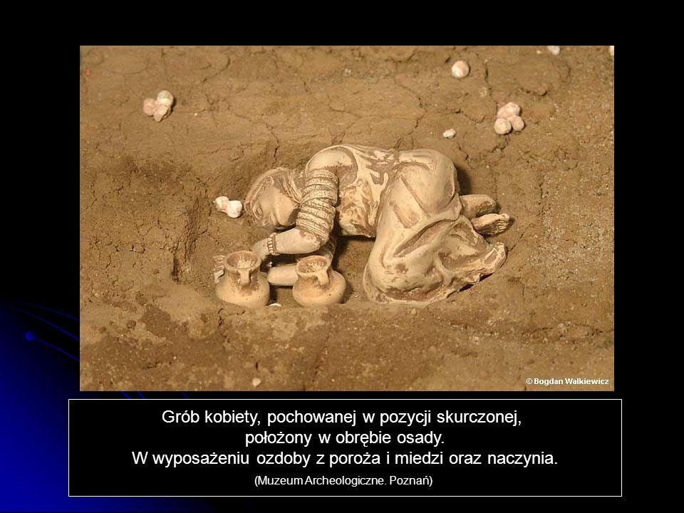 Grób kobiety, pochowanej w pozycji skurczonej,