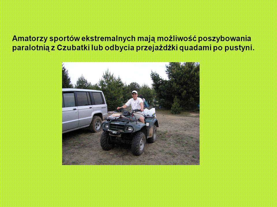 Amatorzy sportów ekstremalnych mają możliwość poszybowania paralotnią z Czubatki lub odbycia przejażdżki quadami po pustyni.