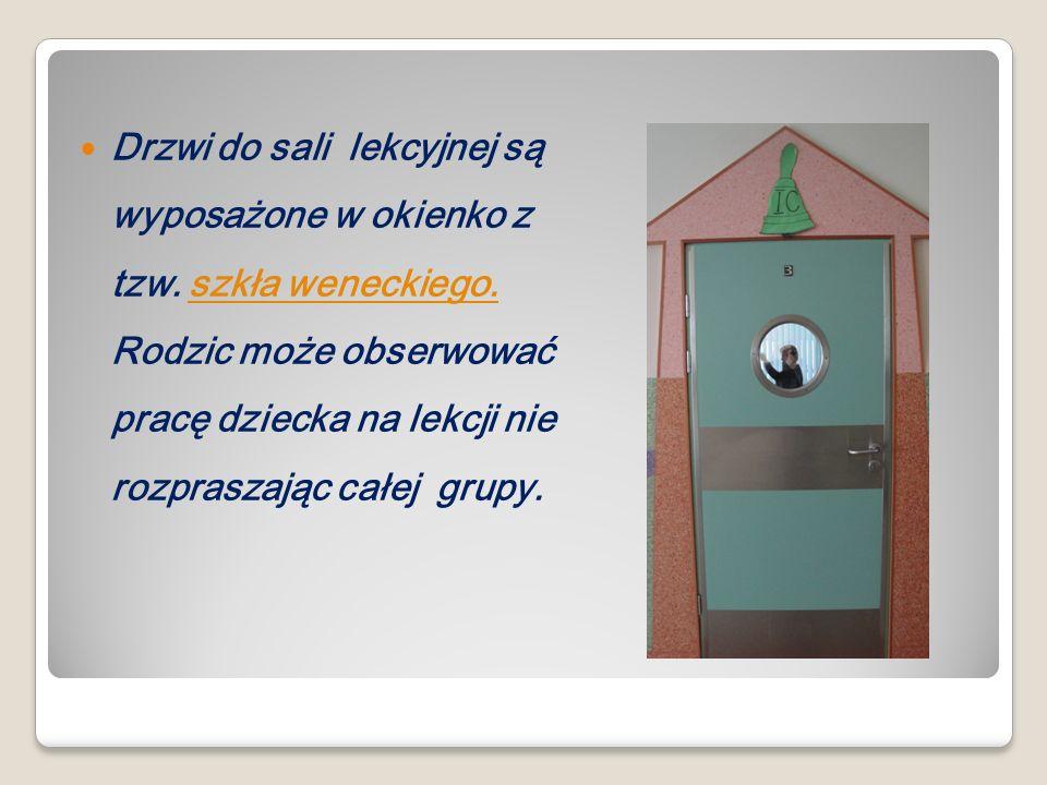 Drzwi do sali lekcyjnej są wyposażone w okienko z tzw.
